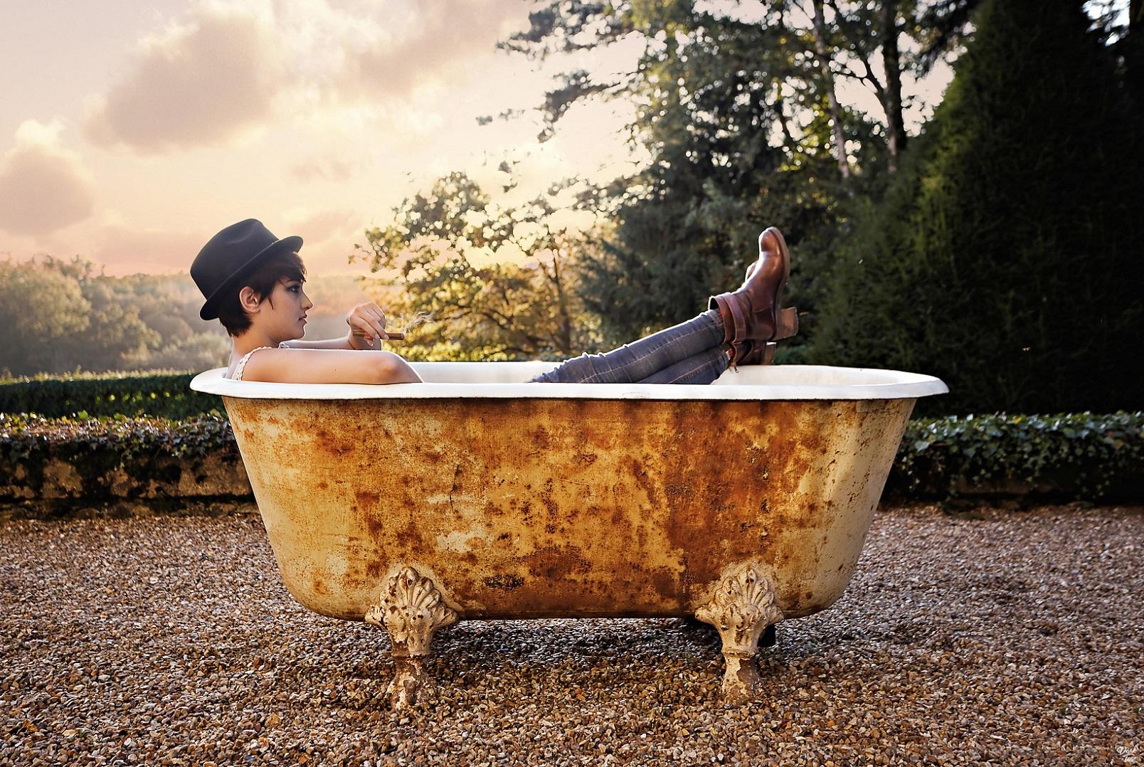 model, urbex, bath